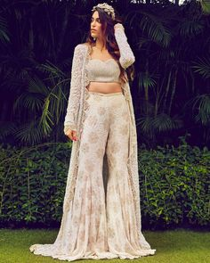 Trending Wedding Dresses To Bookmark While You Are Quarantining! accessories indian Trending Wedding Dresses To Bookmark While You Are Quarantining! Party Wear Indian Dresses, Indian Bridal Outfits, Indian Gowns Dresses, Indian Fashion Dresses, Dress Indian Style, New Wedding Dress Indian, Gown Party Wear, Dresses To Wear To A Wedding, Punjabi Wedding