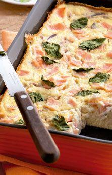 Torta de blanquet de peru com ricota. - 2 e 1/2 xíc. (chá) de ricota amassada - 1 copo de leite desnatado - 2 ovos - Sal e pimenta a gosto - 1 dente de alho - 1 cebola picada - 1 e 1/2 xíc. (chá) de blanquet de peru em cubos e manjericão p/ decorar. Bata no liquidificador a ricota, o leite, os ovos, o sal, a pimenta e o alho até obter um creme homogêneo. Junte a cebola e misture c/ a colher. Unte e polvilhe a forma e despeje o creme. Espalhe o blanquet e finalize c/ as folhas de manjericão
