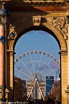 Roue de Paris between both Arc de Triomphes [du Carrousel & de l'Étoile in the distance] √  http://en.wikipedia.org/wiki/Roue_De_Paris