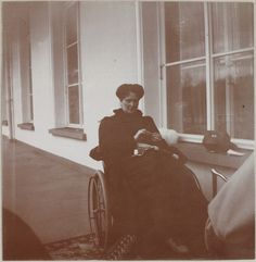 Palácio de Alexandre, 1912: Imperatriz Alexandra Feodorovna em sua cadeira de rodas na varanda.