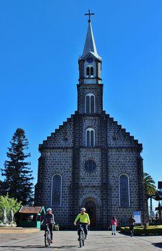 Passeios turísticos em Gramado, de bicicleta e com guia- na foto- Igreja Matriz São Pedro