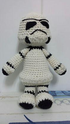Patrón amigurumi gratis de stormtrooper de Star Wars. Espero que os guste tanto como a mi! Idioma: Español Visto en la red y colgado en mi pagina: Os pongo también su foto para que veáis como queda…