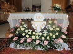 صورة ذات صلة Altar Flowers, Church Flower Arrangements, Church Flowers, Beautiful Flower Arrangements, Floral Arrangements, Beautiful Flowers, First Communion Decorations, Graduation Decorations, Christmas Decorations