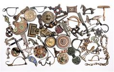FIBULA'S | Het is een kleine tentoonstelling over het kledingaccessoire die archeologen het meest vinden: fibula's. Met deze spelden werden kledingstukken dichtgemaakt, vooral mantels. In de museumvitrines liggen bijna vierhonderd fibula's. Het zijn vakkundig gemaakte en vaak prachtige voorwerpen. Ze vertellen veel over het leven en de mode in de oudheid en de Middeleeuwen.