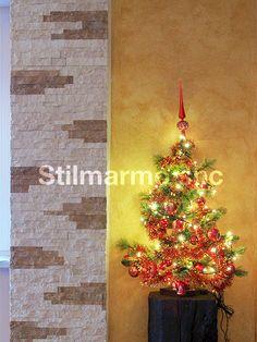 Utilizzando il marmo naturale come rivestimento d'interni, puoi ottenere un ambiente caldo anche in inverno.  A Natale la tua casa si vestirà di eleganza e valore!  Colonna in marmo Botticino e Travertino Noce - Made in Italy