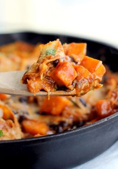 Healthy Butternut Squash and Black Bean Enchilada Skillet -- only 252 calories per serving! // Replace the cheese and sour cream and it's vegan! Mexican Food Recipes, Vegetarian Recipes, Dinner Recipes, Cooking Recipes, Healthy Recipes, Dinner Ideas, Vegetarian Mexican, Budget Recipes, Skillet Recipes