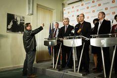 Zdeněk Škromach si mobilem fotí tiskovou konferenci ČSSD