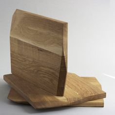 The Recto/Verso is a reversible serving/cutting board with asymetrical angles for a super strong hold. Multifunctional and sleek, this kitchen appliance will assist y. Wooden Platters, Wooden Food, Wood Tray, Oak Chopping Board, Wooden Chopping Boards, Diy Cutting Board, Wood Cutting Boards, Cool Shapes, Kitchen Board