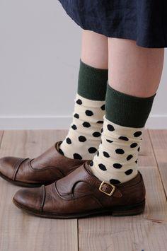 大きなドットが目を引く靴下。でも、シックなカラーなので子どもっぽくなりすぎずに履けます。少しクシュッとたるませて、チカラの抜けたおしゃれを楽しんで。