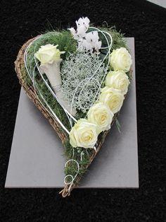 Heart flower arrangement for All Saints' Day and the anniversaries - Memorial Florist Ikebana, Grave Decorations, Heart Decorations, Deco Floral, Arte Floral, Funeral Arrangements, Flower Arrangements, Funeral Flowers, Wedding Flowers