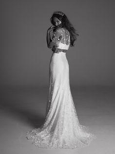 La robe de mariée avec un crop top + couronne de cristaux, Rime Arodaki.