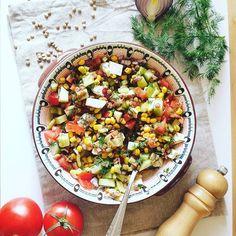 O noua zi, o noua #salata  Linte verde, porumb, cas, castraveti si rosii cu un dressing de chili si mult marar proaspat. I mean, yummm! #aventuriculinarein2 #lunch
