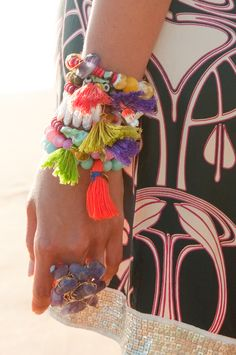 lily-cats: Funky Prayer Beads, Tassels, so Colorful (via Azizeh Tassled bracelets. Hippy Chic, Boho Chic, How To Have Style, My Style, Hippie Style, Bohemian Style, Ibiza Style, Hippie Accessoires, Lily Cat