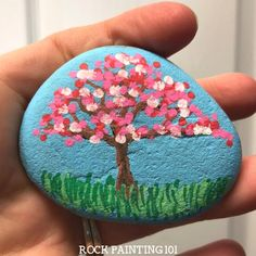 Rock Painting Ideas Discover 9 amazing spring rocks that will make you giddy - Rock Painting 101 Spring rocks! Fun and simple rock painting ideas. Simple painted rock ideas that are perfect for spring crafting hiding gifting and decorating! Dot Painting On Rocks, Rock Painting Patterns, Painted Rocks Craft, Rock Painting Ideas Easy, Rock Painting Designs, Hand Painted Rocks, Pebble Painting, Pebble Art, Stone Painting