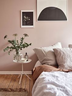 Dusty pink bedroom walls While taking almost up to a year to decide on a very light (and safe choice) grey to paint the living room wall at home, some people just dare and go for pink in the bedroom. so nice Continue reading Dusty Pink Bedroom, Pink Bedroom Walls, Bedroom Wall Colors, Home Decor Bedroom, Light Pink Bedrooms, Interior Wall Colors, Light Bedroom, Wall Colours, Bedroom Plants