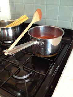 Usa el agujero del mango de una olla para sostener la paleta o espátula que estés usando para cocinar. | 17 Asombrosos hacks que facilitarán tu vida