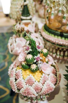 งานแต่งแบบไทย สีชมพู พีช และ งานเลี้ยงค่ำ สีขาว ธีม Rustic Garden สวน ดอกซากุระ เพิ่มความหอมหวานด้วย ของชำร่วย น้ำตาลกรวด | อ่านต่อ sodazzling.com   | sodazzling.com | #thai_wedding_ceremony Wedding Table Settings, Wedding Reception Decorations, Wedding Themes, Wedding Cards, Wedding Bells, Wedding Ceremony, Wedding Ideas, Floral Garland, Flower Garlands