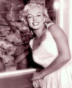 Marilyn Monroe, photo by Sam Shaw, 1957 Joe Dimaggio, Norma Jean Marilyn Monroe, Marilyn Monroe Photos, Hollywood Glamour, Old Hollywood, Hollywood Stars, Hollywood Actresses, Photos Rares, Howard Hughes