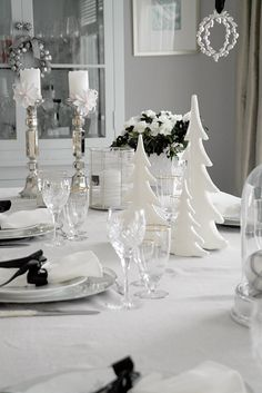 Anette Will Mine: Winter White Christmas White Christmas, Southern Christmas, Christmas Dishes, Noel Christmas, Christmas Wreaths, Silver Christmas Decorations, Christmas Table Settings, Christmas Tablescapes, Table Setting Inspiration