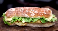 Absolutamente nada te impede de fazer um lanchão bonito com um peixinho empanado! Veja aqui como fazer.