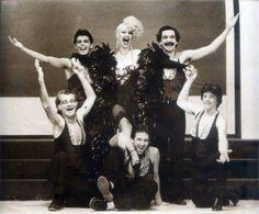 Rio de Cabo a Rabo, espetáculo musical com Elke Maravilha (ao centro em pé), Silvio Froes (em pé a esquerda), Marco Miranda (em pé a direita), Gugu Olimecha (ajoelhado a direita), e grande elenco.