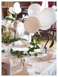 These white balloons are so pretty wedding decor.  Hääkoristeena ilmapallot roikkuvalla köynnöksellä.