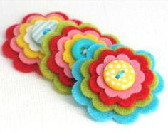 Artículos similares a BEBÉ niña gris x3 botón de flor hecha a mano de fieltro capas adorno broche lana mezcla rosa bebé, gris plata, blanco en Etsy