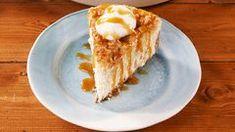 apple crisp Apple Crisp Cheesecake from is the ideal fall dessert mashup. Apple Crisp Topping, Vegan Apple Crisp, Caramel Apple Crisp, Apple Crisp Recipes, Caramel Apple Cheesecake Bars, Mini Cheesecake Recipes, Best Cheesecake, Classic Desserts, Fall Desserts