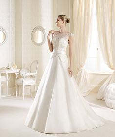 O rochie cu detalii formidabile şi o eleganţă aparte: http://www.cristalmariage.ro/colectia-2014/la-sposa/colectia/imara