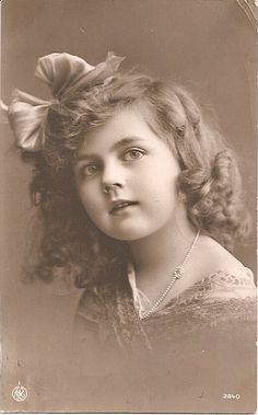 Industry Experts Give You The Best Beauty Tips Ever Vintage Children Photos, Images Vintage, Vintage Girls, Vintage Pictures, Antique Photos, Vintage Photographs, Old Photos, Vintage Labels, Vintage Postcards