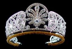 Queen Mary's Honeysuckle Diamond Tiara Queen Mary's diamond tiara is decorated with a graduated frieze of styled honeysuckle. The central ornament is made to be detachable. It was made before or during Febuary 1914. HRH Princess Alice – Duchess of Gloucester was given the tiara by