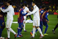 Former Real Madrid manager Fabio Capello has said that Cristiano Ronaldo is not as skillful as his rival at Barcelona, Lionel Messi . Lionel Messi, Messi Y Cristiano, Messi Vs Ronaldo, Messi 10, Barcelona Champions League, Uefa Champions League, Fc Barcelona, Psg, Fly Emirates Soccer Jersey