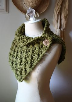 Need to find a similar crochet pattern. Ravelry: Asterisque Cowl / Shoulder Warmer pattern by Brenda Lavell Knit Or Crochet, Crochet Scarves, Crochet Shawl, Crochet Crafts, Crochet Clothes, Crochet Projects, Crochet Granny, Chunky Crochet Scarf, Crocheted Scarf