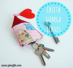 PINAFILI FILMS: TUTORIAL PARA HACER UNA CASITA GUARDA-LLAVES Small Sewing Projects, Sewing Crafts, Fabric Gifts, Fabric Houses, Fabric Scraps, Crafts To Make, Sewing Patterns, Quilting, Handmade