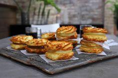 Alfajores de Coco y Dulce de Leche - El Gourmet Finger Food Desserts, Finger Foods, Dessert Recipes, Macaroons, Sweet Recipes, Delish, French Toast, Muffins, Bakery