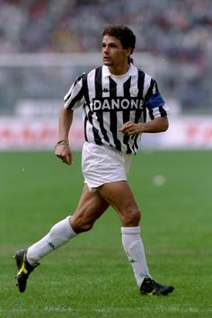 Roberto Baggio - Juventus The Best days of Roberto Baggio the god of football Football Drills, Football Icon, Best Football Players, Good Soccer Players, World Football, School Football, Football Kits, Sport Football, Football Jerseys