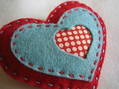 alidei: corazones de fieltro / felt hearts with fabric-backed cut out Valentines Bricolage, Valentine Day Crafts, Felt Embroidery, Felt Applique, Fabric Hearts, Felt Christmas Decorations, Heart Crafts, Felt Brooch, Felt Patterns