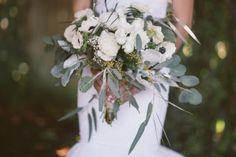Natur pur - romantischer Brautstrauß aus weißen Rosen und Wildblumen