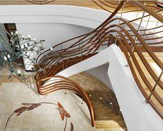 www.trabczynski.com ST690 Policzkowe schody gięte wykonane z drewna Bodo i malowanego dębu. Balustrada z falujących elementów drewnianych. Realizacja wykonana w prywatnej rezydencji , projekt – TRĄBCZYŃSKI / ST690 Curved stringer stair made of Bodo wood and painted oak. Balustrade of wavy wooden elements. Private residential project, designed by TRABCZYNSKI. #schodynowoczesne #modernstairs #curvedstairs #woodenstairs #stairs
