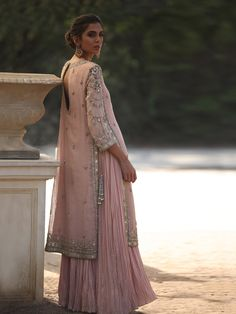 Wedding Indian Dress White Colour Ideas They Are So Good - Inspire Everythingoo Shadi Dresses, Pakistani Formal Dresses, Pakistani Outfits, Indian Dresses, Indian Outfits, Dress Formal, Indian Attire, Indian Wear, Casual Dresses