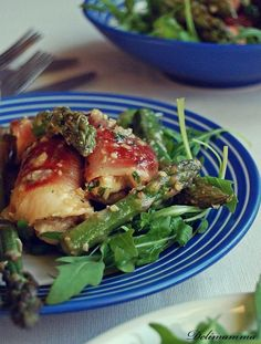 Kurczak w szynce ze szparagami w orzechowym Pesto