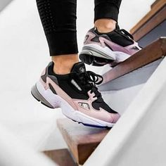 Choosing the Best Golf Shoes for Women Sneakers Mode, Air Max Sneakers, Sneakers Fashion, Fashion Shoes, Shoes Sneakers, Denim Sneakers, Fashion Fashion, Women's Shoes, Best Golf Shoes