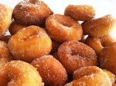 Rosquillas con flan de sobre   2 huevos  200 ml de leche  200 ml de aceite de girasol  200/250 gr de azúcar 1 sobre de flan en polvo,1 sobre de levadura ralladura de 1 limón. Mezclamos todos los ingredientes menos la harina.ponemos en un bol y vamos añadiendo harina y mezclando hasta que se forme una masa que se despegue bien. Hacemos rosquillas, las freímos y las escurrimos. Las mojamos en almíbar y las pasamos por azúcar y canela. Se conservan mucho tiempo en una lata cerrada.