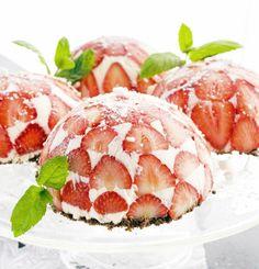 Delicious strawberry cakes - Pienet mansikkacharlottat kevään juhliin, resepti – Ruoka.fi Pie Recipes, Baking Recipes, Dessert Recipes, Funky Fruit, Just Eat It, Sweet Pastries, Cream Pie, Sweet And Salty, Food Pictures