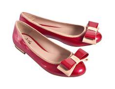 Arianna Rouge par De Siena Shoes Ballerine en cuir verni rouge et cuir suédé beige léger.  Noeud dans les deux cuirs.  Talon en cuir suédé beige léger.  Finition main afin d'assurer le plus haut niveau de qualité et de confort.  Semelle en cuir.  Taille italienne.