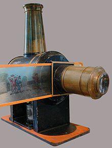 Constituído por uma câmara escura com jogo de lentes, que por meio de um condensador que passava a luz de uma lâmpada de azeite incorporada, e atravessava uma placa de vidro pintada com desenhos que eram projetados num lenço. Era possível criar a ilusão de movimento movendo os vidros.