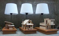 House Lamp: lámparas con maquetas iluminadas. La arquitecta Lauren Daley creó un negocio de lámparas maquetas iluminadas. Están hechas a mano, a partir de piezas de madera recortadas con tecnología CNC. La base es una caja de madera de abedul, encima está la maqueta de la casa, que dentro lleva iluminación LED. La lámpara tiene un diseño sencillo, con una pantalla blanca. Hay tres diseños diferentes de casas: Eco, Bungalow, y Modern.  #Iluminación, #Vídeos