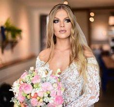 noiva-luísa-sonza-e-whindersson Wedding Goals, Dream Wedding, Wedding Day, Altar, Brazilian Women, Simple Weddings, Wedding Makeup, Got Married, Wedding Bouquets
