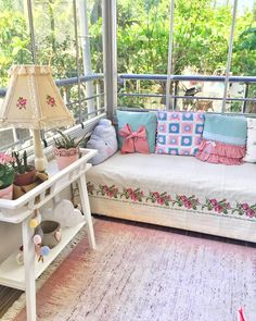 Shabby Chic Homes, Shabby Chic Decor, Small Balcony Design, Small Living Rooms, Bed Styling, Cottage Homes, Porch Swing, Home Interior Design, Sweet Home
