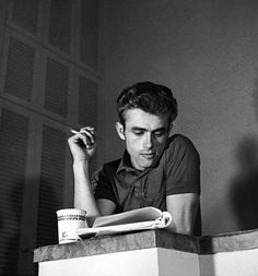 James Dean is absolute proof that reading is super cool. Robert Montgomery, Serge Gainsbourg, Classic Hollywood, Old Hollywood, People Reading, James Dean Photos, Jimmy Dean, Bad Picture, American Actors